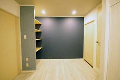 ホールに大きめの棚を設置しました。青のクロスと調和されるように新柄デニム生地を選びました。