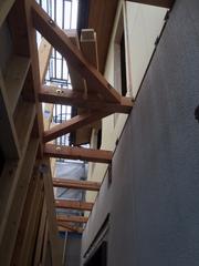 1階増築工事です。元々ある梁と増築の壁をボルトでつなぎます。元々ある外壁はそのあとで壊します。