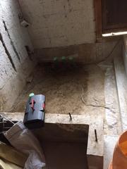 0.75坪のお風呂基礎は壊して1坪用の基礎を作りました。土の上のビニールを敷いてから鉄筋を敷き防湿コンクリートを流します。床下の湿気対策です。