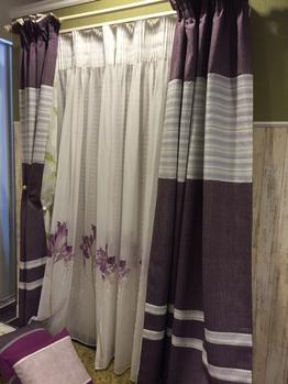 カーテンの色合いが素敵ですね。ゴージャスな感じ。